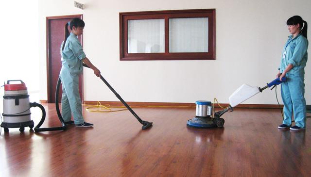 Hướng dẫn cách vệ sinh sàn gỗ với máy chà sàn