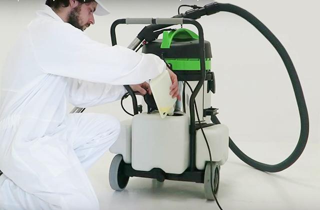 Đổ hóa chất giặt thảm vào máy