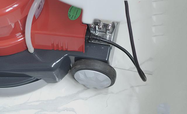 Bánh xe linh hoạt cùng dây điện dài 12m giúp làm sạch dễ dàng hơn