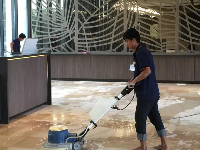 Lý do tại sao nên sử dụng hóa chất chuyên dụng cho máy lau sàn?