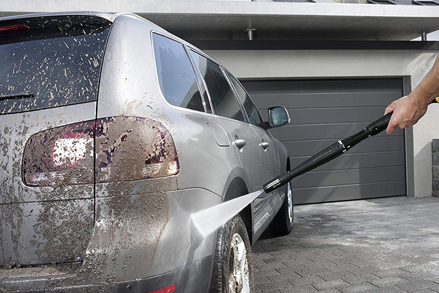 Sử dụng máy phun rửa xe ô tô rất tiết kiệm điện, nước và thời gian
