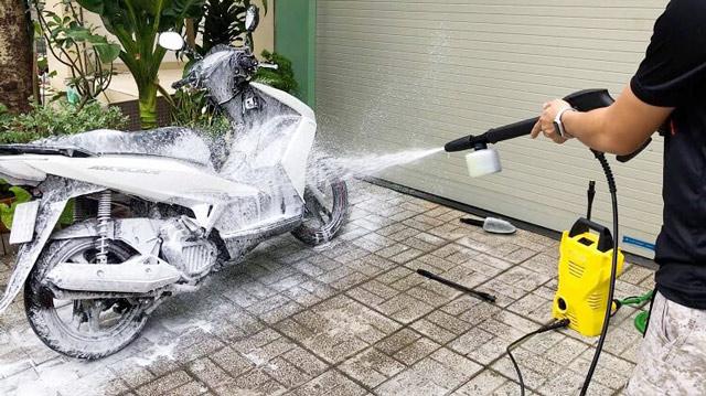 Rửa xe máy nhanh chóng với máy phun rửa xe Lavor