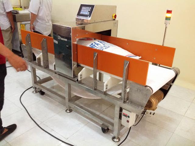 Máy phát hiện kim loại cố định ứng dụng trong công nghiệp
