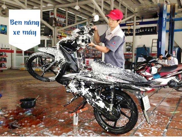 ben nâng rửa xe máy