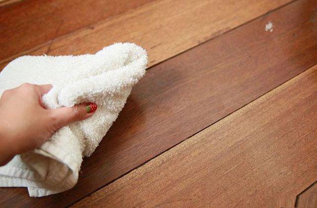 Lau nhà bằng giẻ khô giúp sàn nhà khô ráo hơn